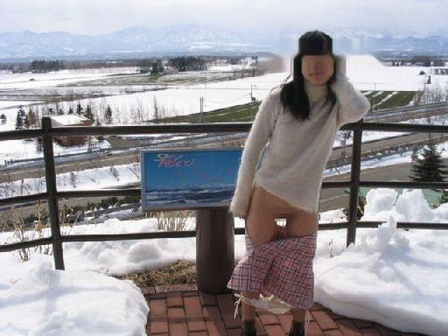 【露出エロ画像】無謀さはいつもの倍w雪景色の中で裸身を晒した変態女たち(゜ロ゜ノ)ノ