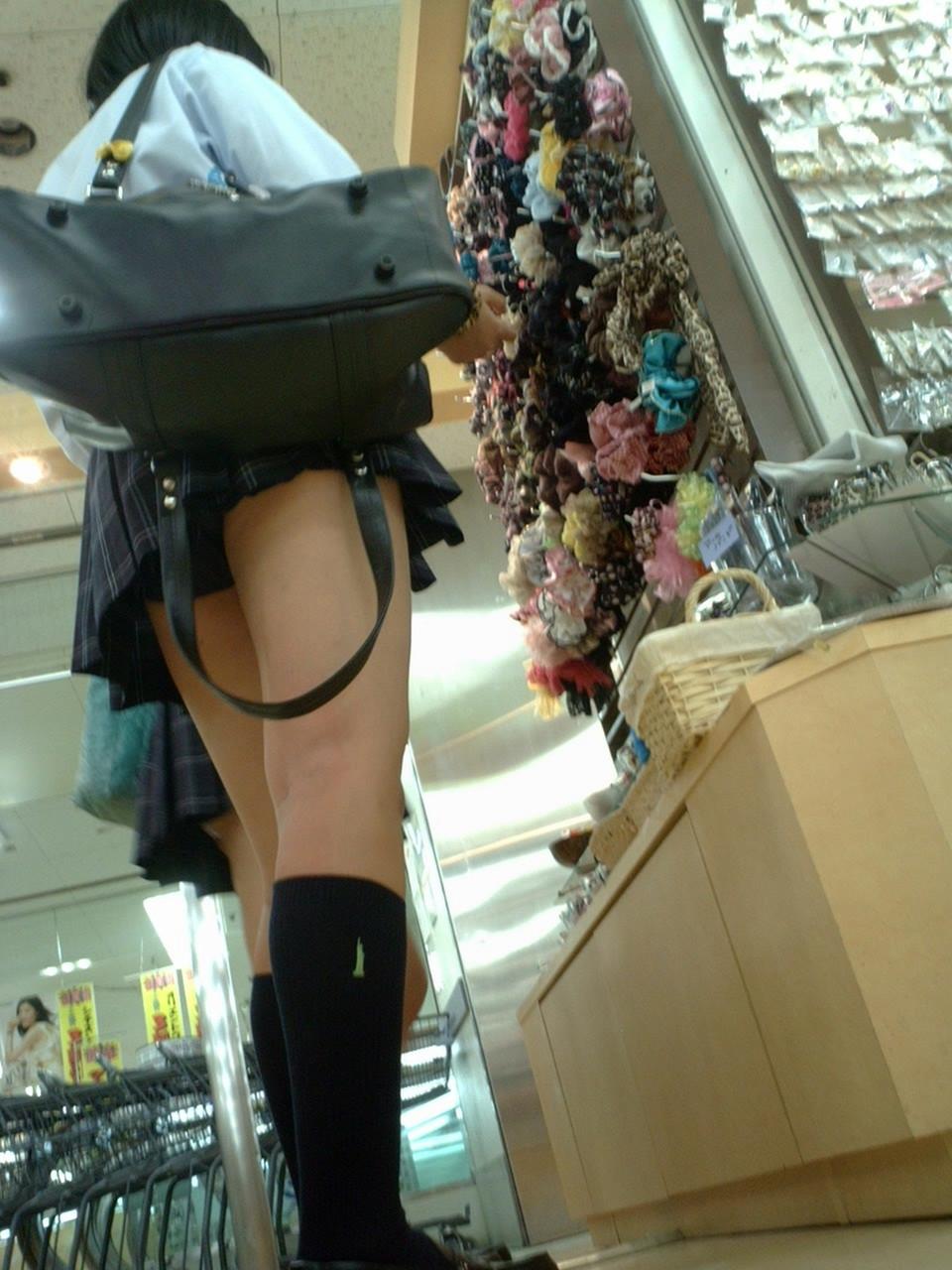 【下着エロ画像】あんなのを買うのかあの娘…w下着売り場でこっそり人間観察