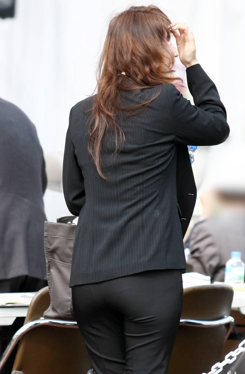 【着尻エロ画像】スジも浮かんでる!?パンツスーツ女子のヤバめな下半身(*´Д`)