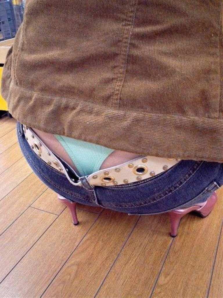 【盗撮エロ画像】素人お姉さんがローライズで半ケツとパンチラ晒してる!!!