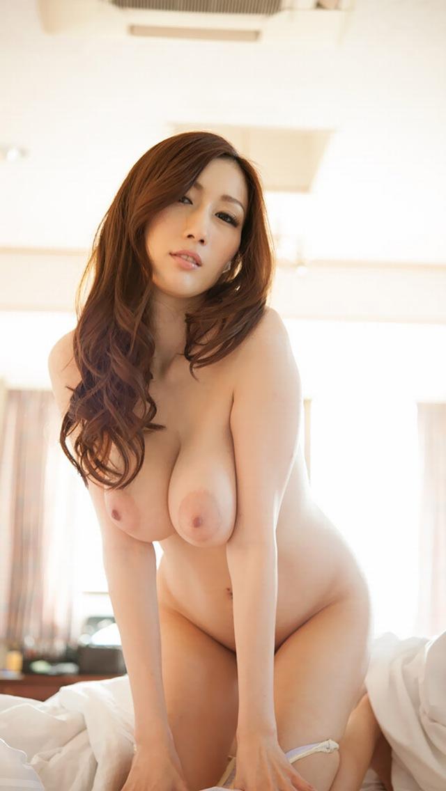 【巨乳輪エロ画像】たまにブラからハミ出すのは愛嬌w隠しきれない巨乳輪(*´д`*)