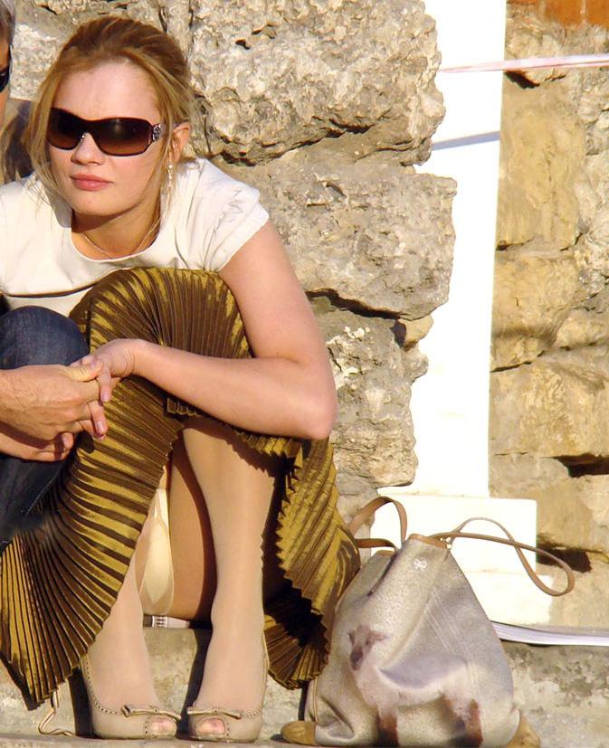 【パンチラエロ画像】簡単すぎ外人さん!薄着ミニからいともアッサリ下着が丸見え(;´Д`)