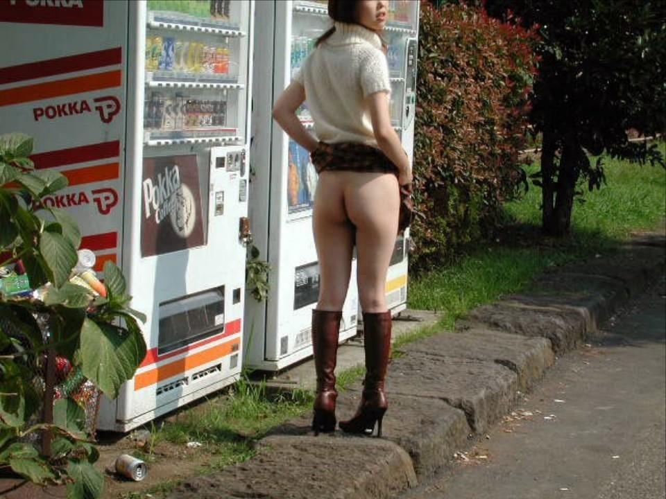 【露出エロ画像】プレイの基本はパシリw自販機にちょっくら行かせた変態露出女(*´Д`)