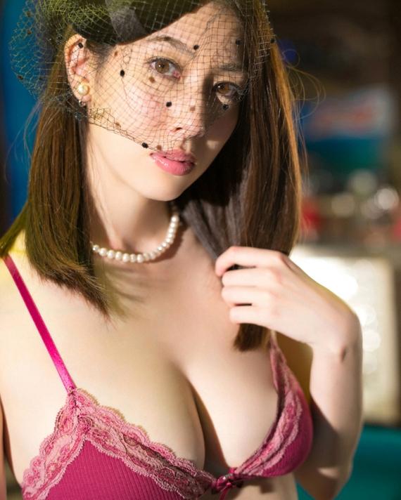 【巨乳エロ画像】乳首見る前に落ちそうw破壊力の塊が入っている巨乳の谷間(*´д`*)