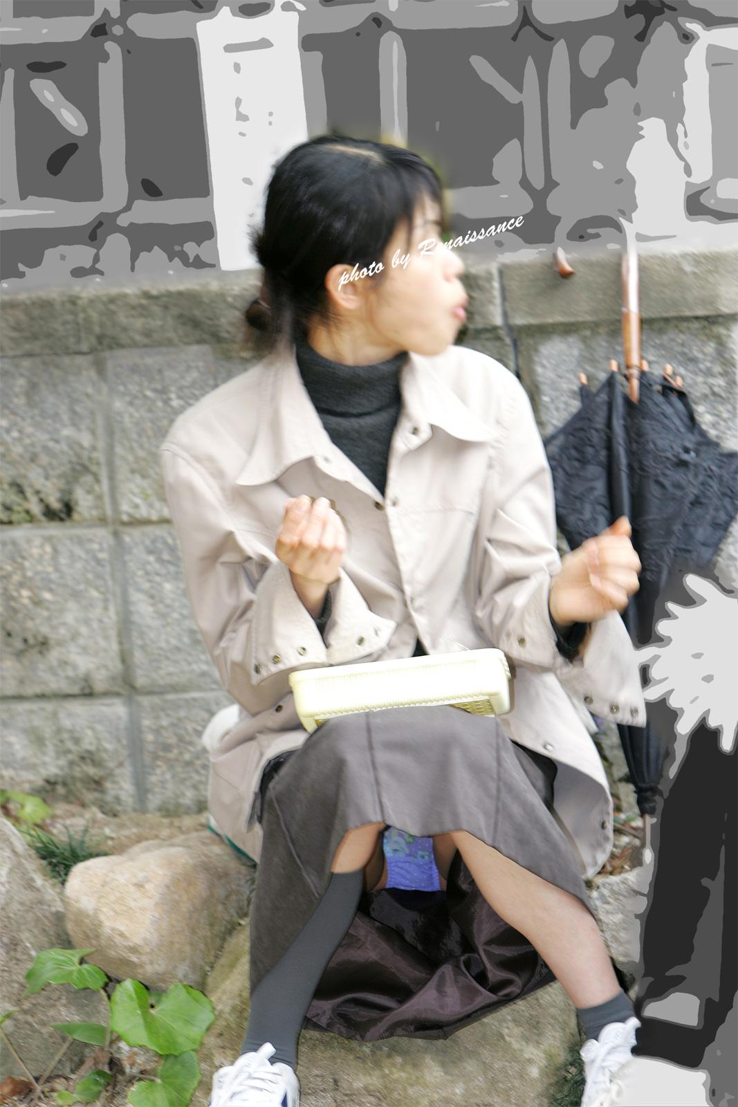 【パンチラエロ画像】膨らみ具合まで見せて!覗くのも容易な座りチラ女子(*´д`*)