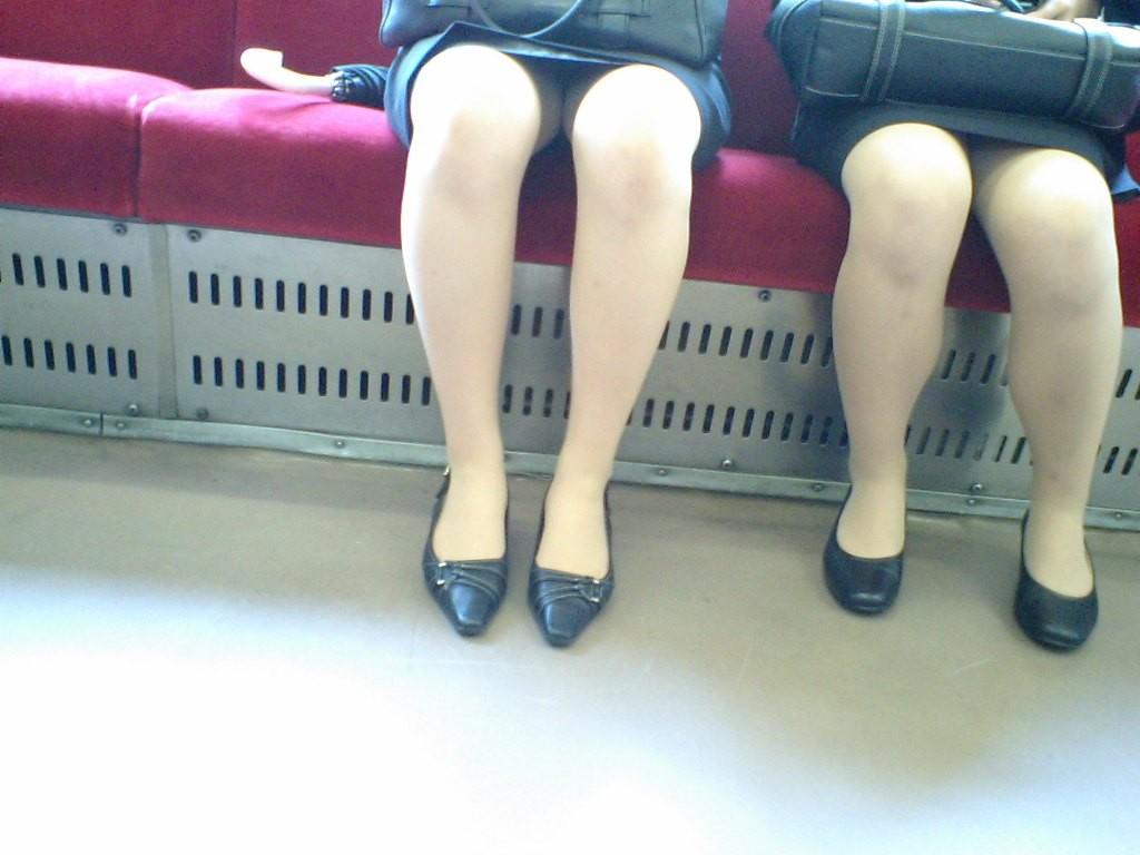 【パンチラエロ画像】見たら途中下車が嫌になる…終点まで眺めたい電車対面チラ(;´Д`)