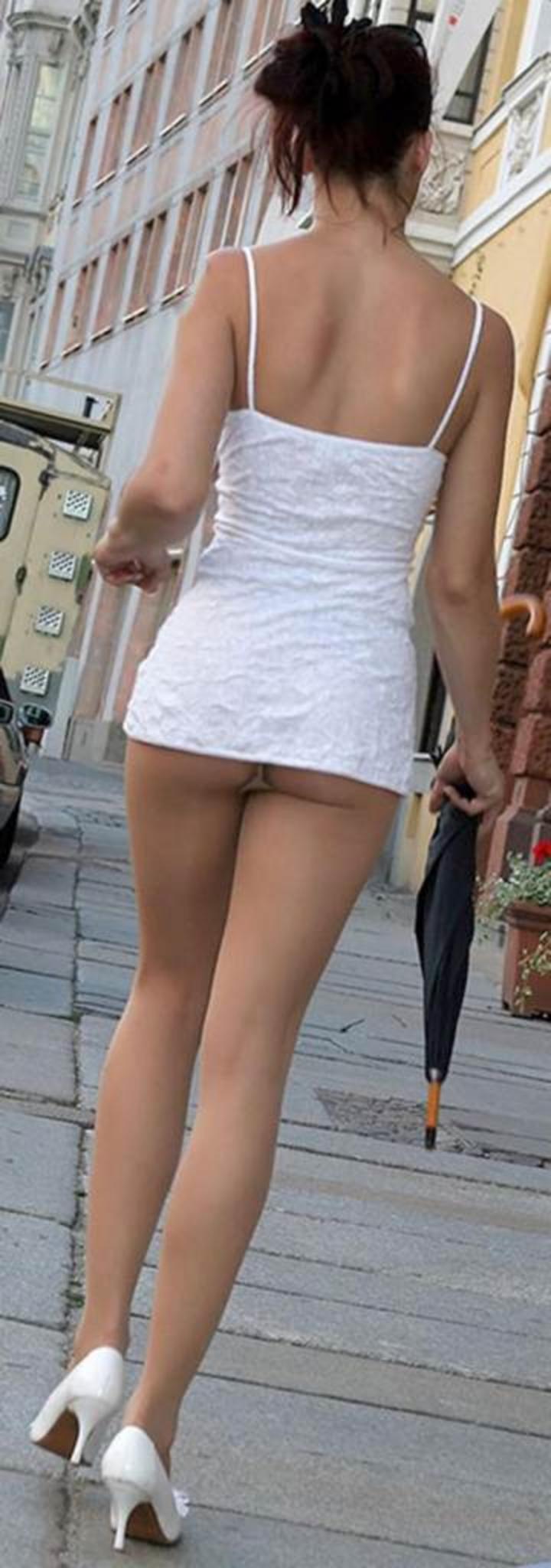 【ミニスカエロ画像】下着見えずとも一定の満足感は保証されwミニから尻チラしてる女(:.;゚;Д;゚;.:)