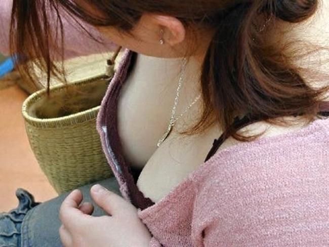 【胸チラエロ画像】開いているなら見ちゃうでしょw欲望に素直に胸元ガン見(;´Д`)