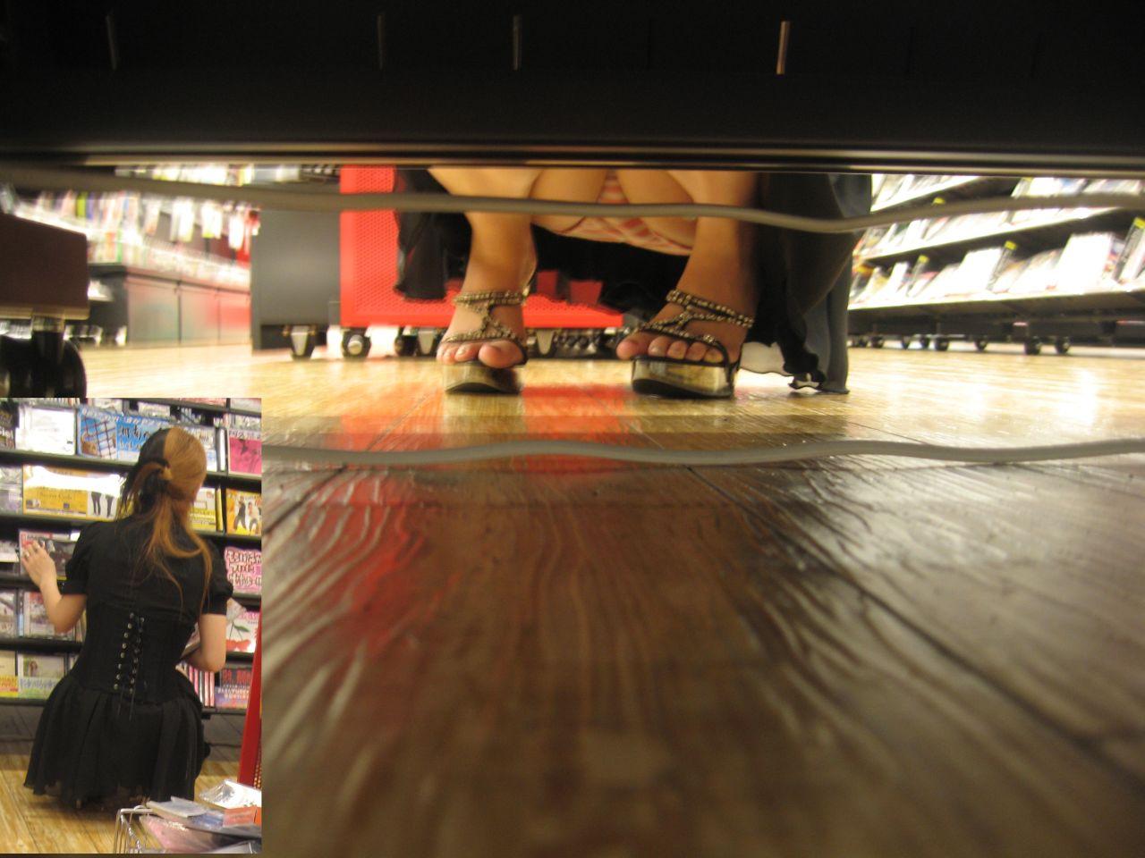 【パンチラエロ画像】DVD選ぶフリして棚下の…向こう側のパンチラ狙い撃ち(*´Д`)