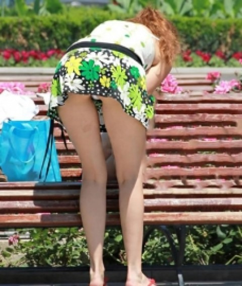 【パンチラエロ画像】真後ろから見るとシュールwミニスカ女子の前屈み丸見え姿(*´д`*)
