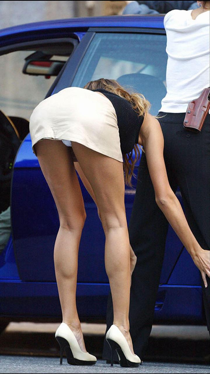 Женщина в юбке нагнулась фото