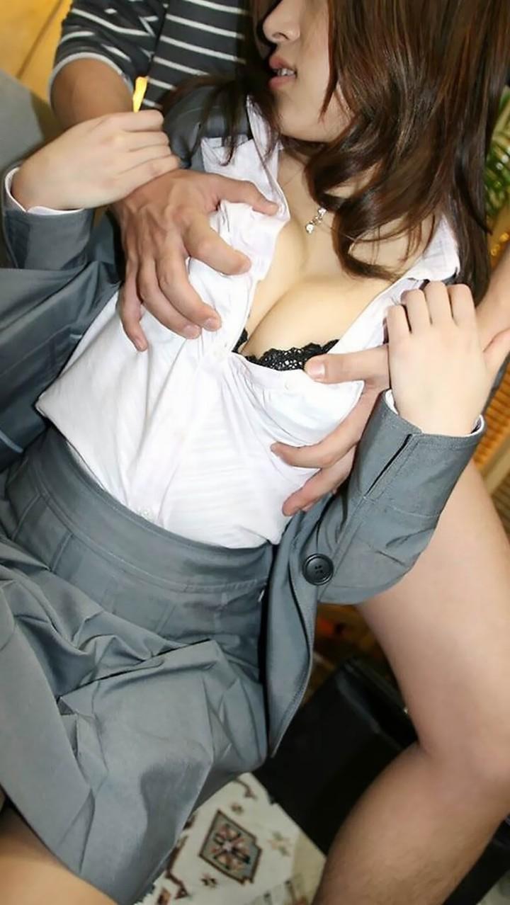 【乳揉みエロ画像】ノーブラ状態でやると絶品!焦らし効果も見込める着衣の乳揉み(;´Д`)
