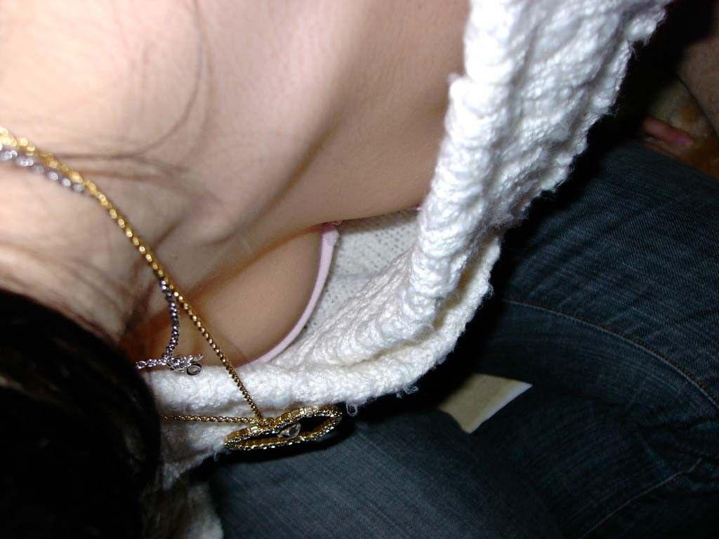 【胸チラエロ画像】胸チラのさらに上!ここまで見えれば理想な先っぽチラ撮り(*´Д`)