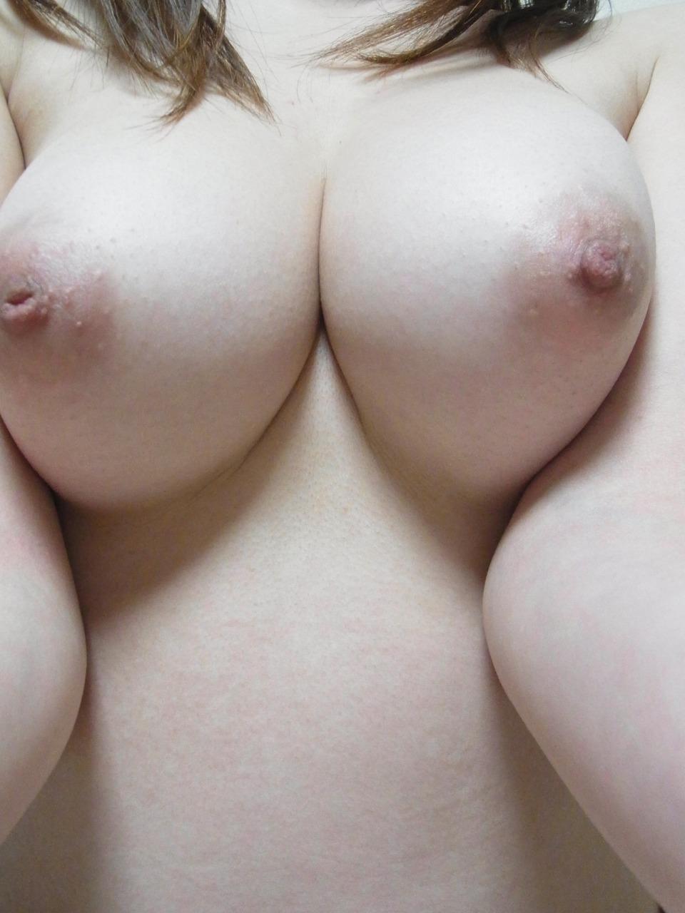 【自撮りエロ画像】探せばすぐ見つかる個々の理想w形は色々な女神たちの美乳(*´Д`)