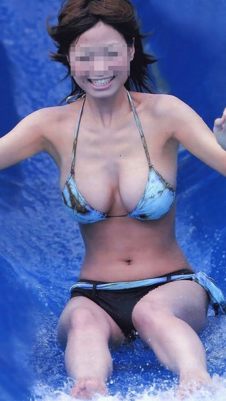 【水着エロ画像】動けば不可避な揺れがなんともw見放題なビキニギャルの乳(*´д`*)