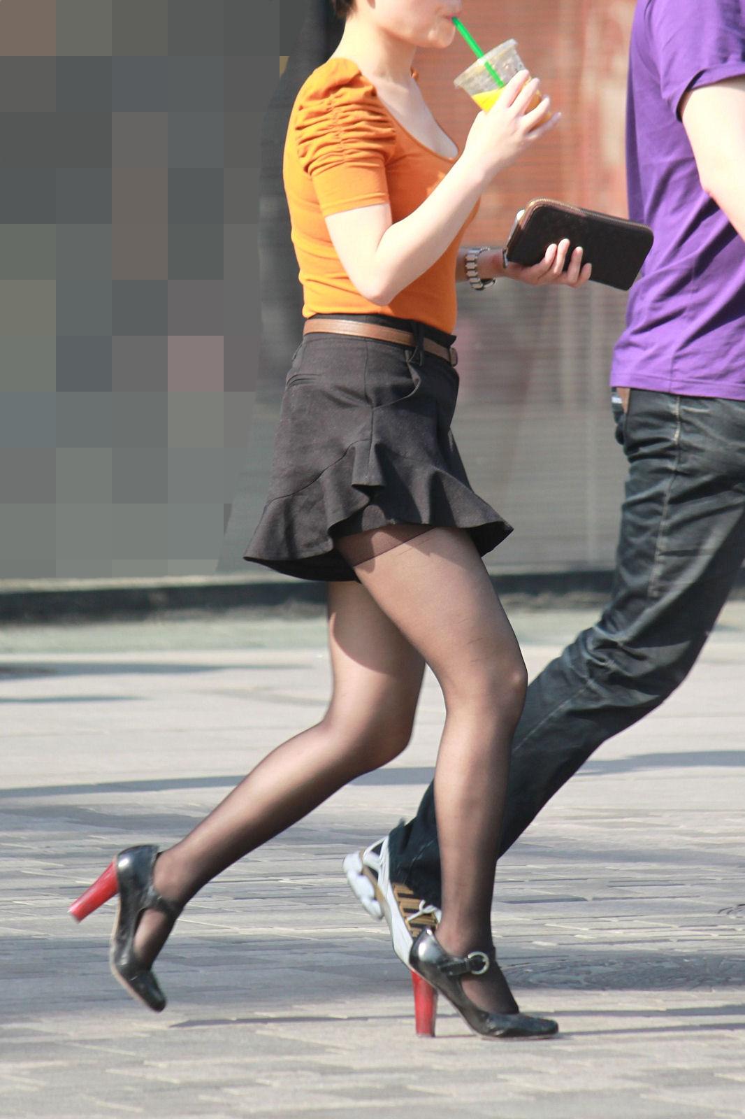 【美脚エロ画像】見せてるなら遠慮なく激写!街行く女性の色めき立つムッチリ美脚(*´Д`)