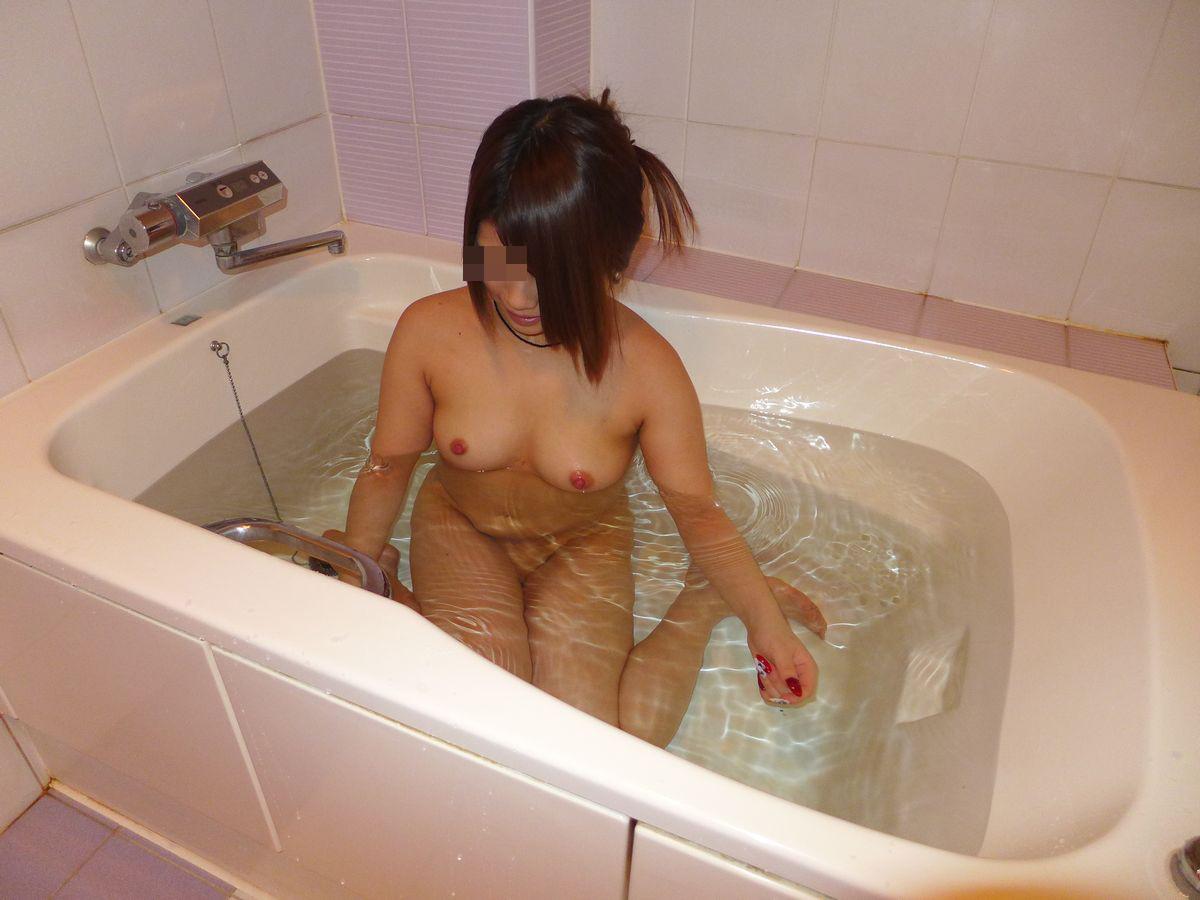 【美乳エロ画像】湯船に浮かんだむしゃぶりつきたくなる極上おっぱい(;´Д`)