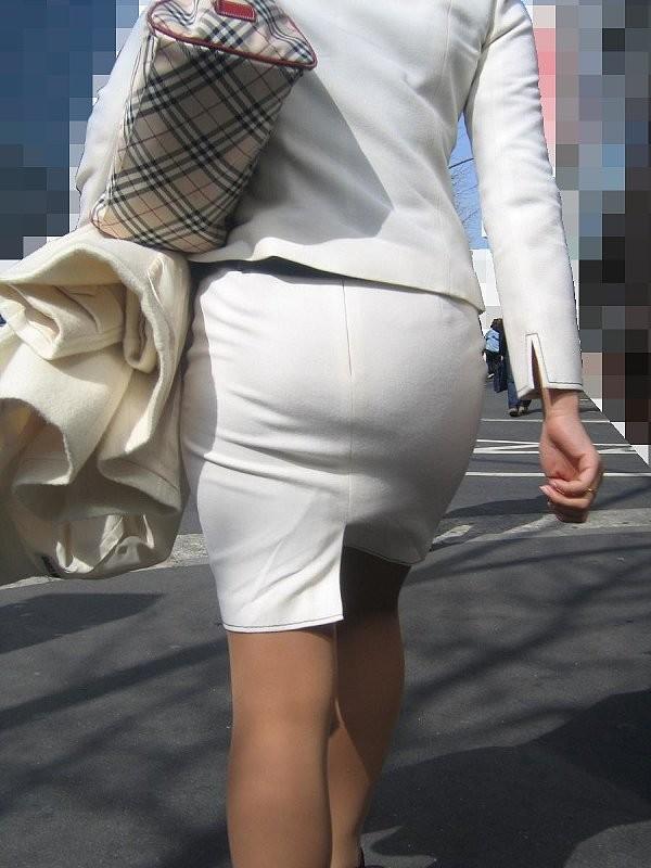 【街角OLエロ画像】ミニも流行中wヒップラインがヤバイ人多すぎなOLさんのタイト姿(*´д`*)