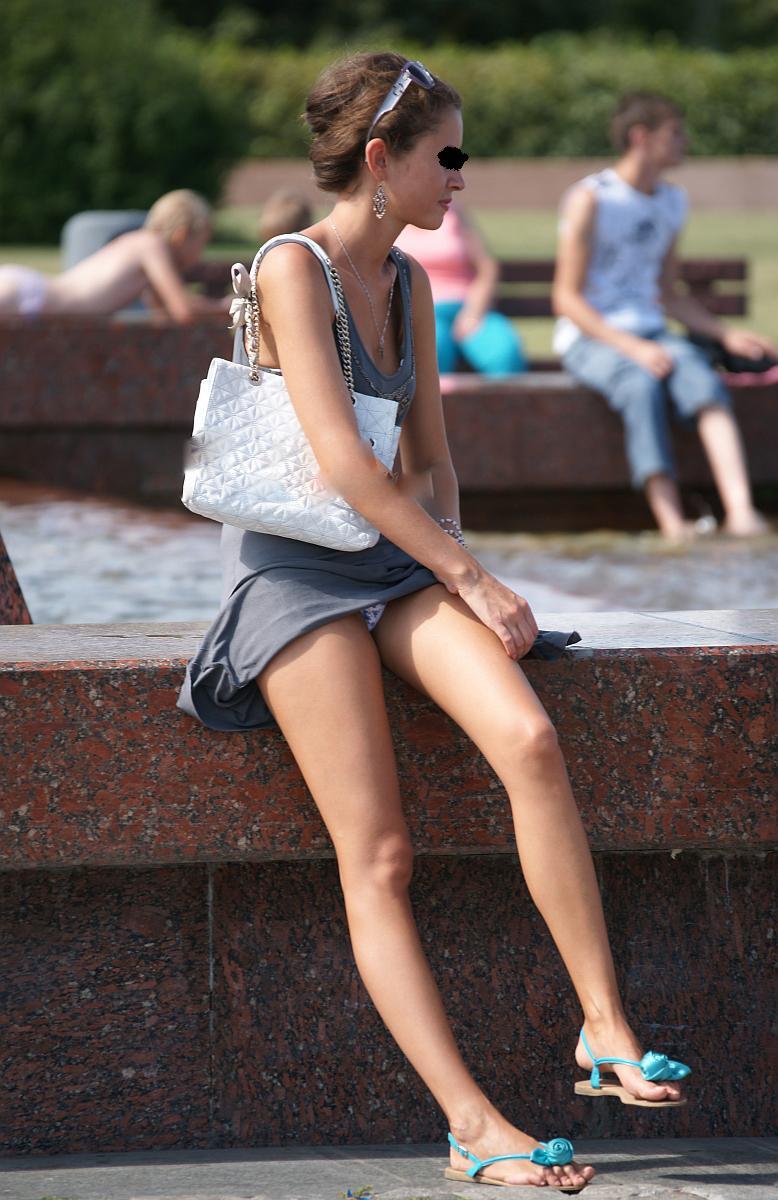 【パンチラエロ画像】毎分見せる淑女が出てくる感じw海外のパンチラ事情(*´Д`)