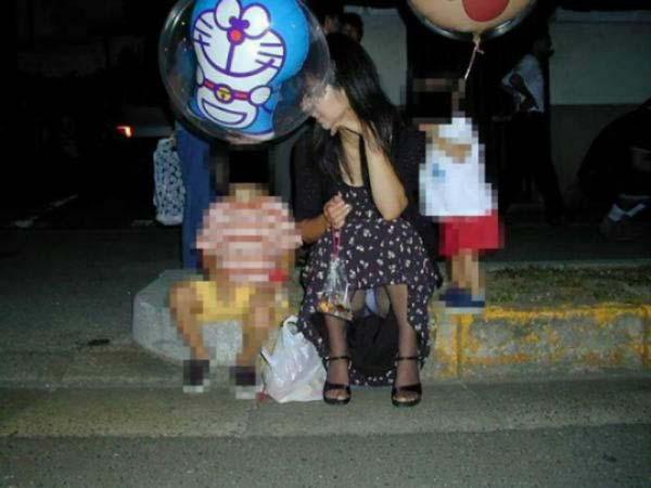 【ママチラエロ画像】我が子のために隙だらけw上も下も見えちゃったママさん達(*´Д`)