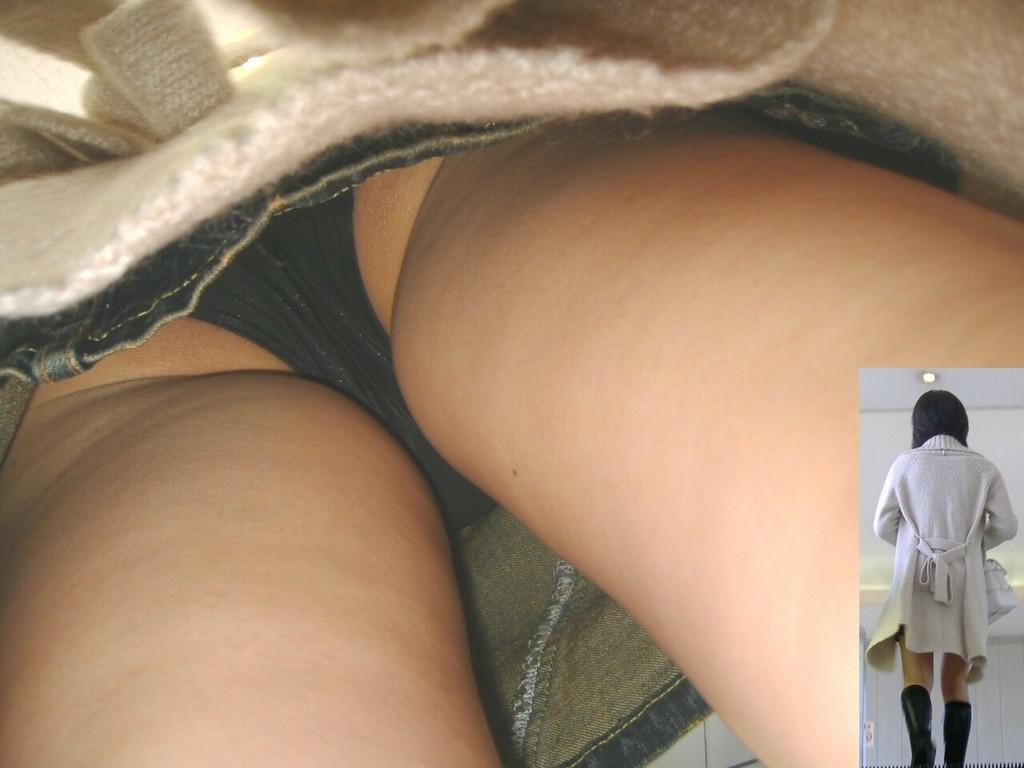 【パンチラエロ画像】至近距離過ぎて隠せないwお尻もバッチリ逆さ撮り(*´д`*)