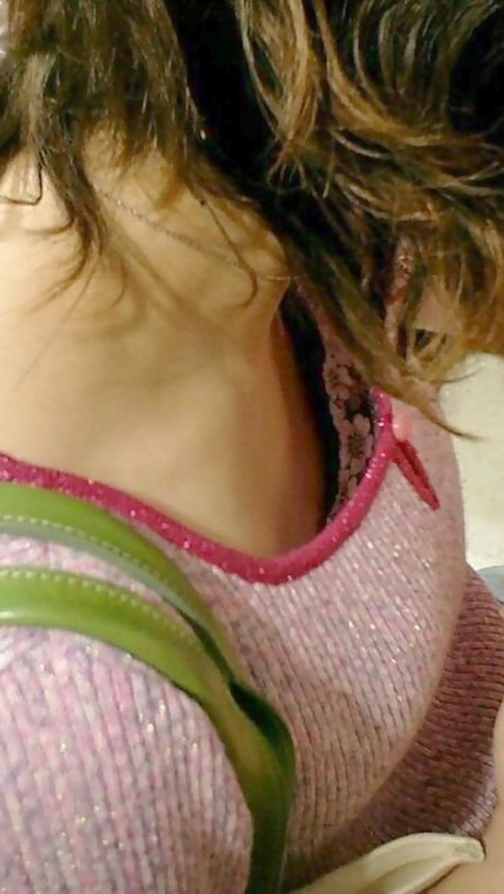 【胸チラエロ画像】持ち主の意思とは関係なく誘う胸元…歯止めの利かない谷間チラ(;´Д`)