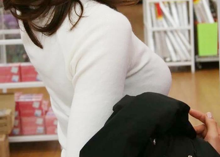 【着衣巨乳エロ画像】見せたいから乳袋w基本あざとい街角の着衣おっぱいの皆さん(*´Д`)