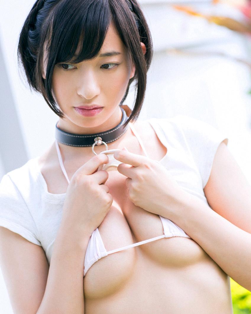 【下乳エロ画像】零れ落ちるまで時間の問題!水着からハミ出す柔らかな下乳(*´Д`)