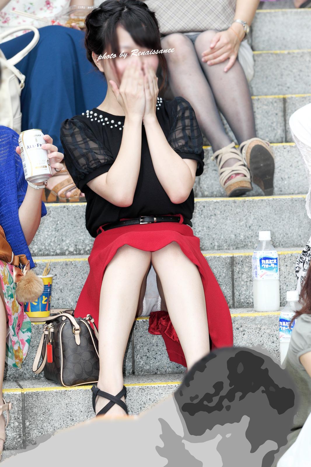【パンチラエロ画像】大胆過ぎる座りパンチラ女子!股も開いてより見えやすい(*´д`*)