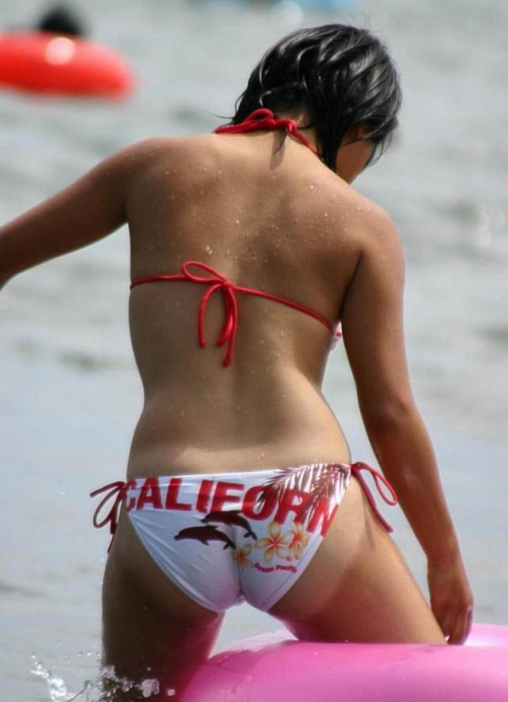【水着エロ画像】もっとハミ出して…ビキニなら即わかる他人のお尻事情(*´Д`)
