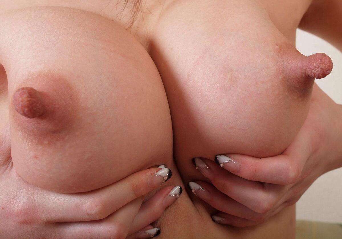 【乳首エロ画像】美乳や巨乳で綺麗な胸のおっぱい画像がクッソ抜けるwww