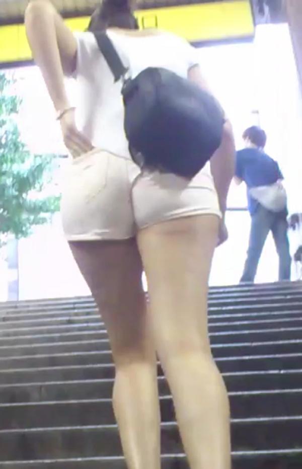 【着尻エロ画像】今年の夏もハミ尻頼みますw街角ホットパンツ女子(*´Д`)
