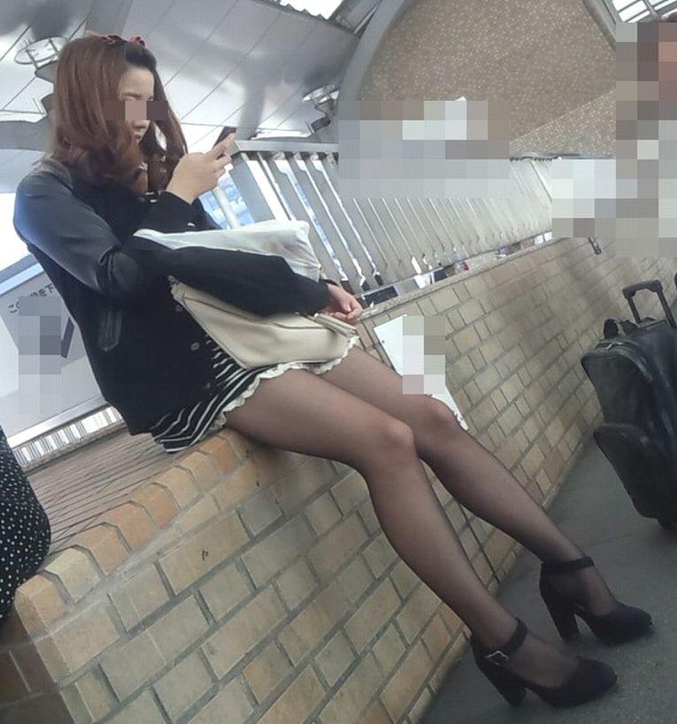 【美脚エロ画像】肌色見えなくてもこの脚線美が引き立つ黒スト&黒タイツ美脚(*´Д`)