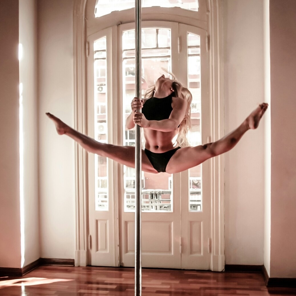 【踊り子エロ画像】これが本来のポールダンスw中はパックリかもしれない気になる股間(*´Д`)