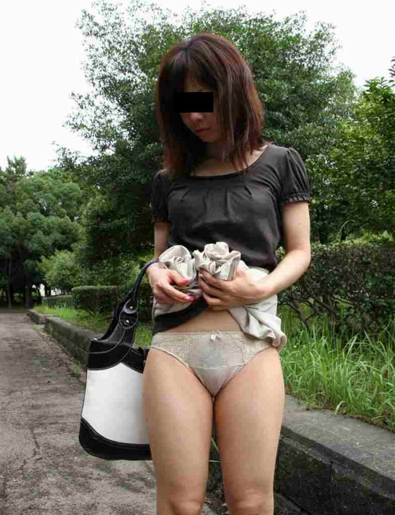 【パンモロエロ画像】誘ってるよね!?自らスカート捲り上げて下着晒すお姉さん(*´д`*)