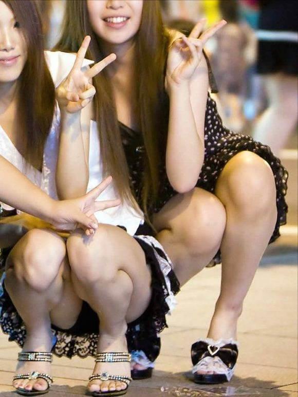 【パンチラ盗撮エロ画像】街の中でお姉さんの素晴らしいパンチラを盗撮しまくり!!!