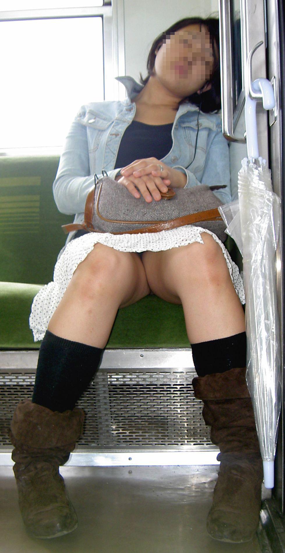 【パンチラエロ画像】電車で寝ている場合じゃない!対面から拝めるミニスカパンチラ(*´Д`)