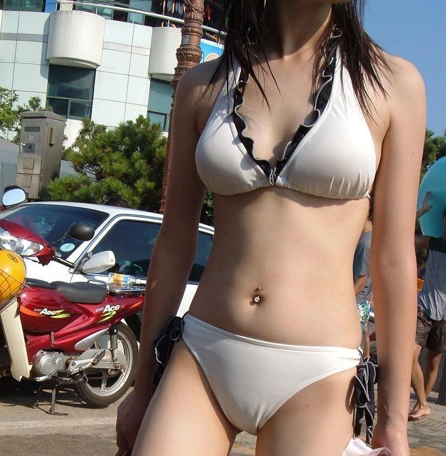 【水着エロ画像】薄布1枚でしか隠してない膨らみがヤバい素人ビキニ乳(*´д`*)