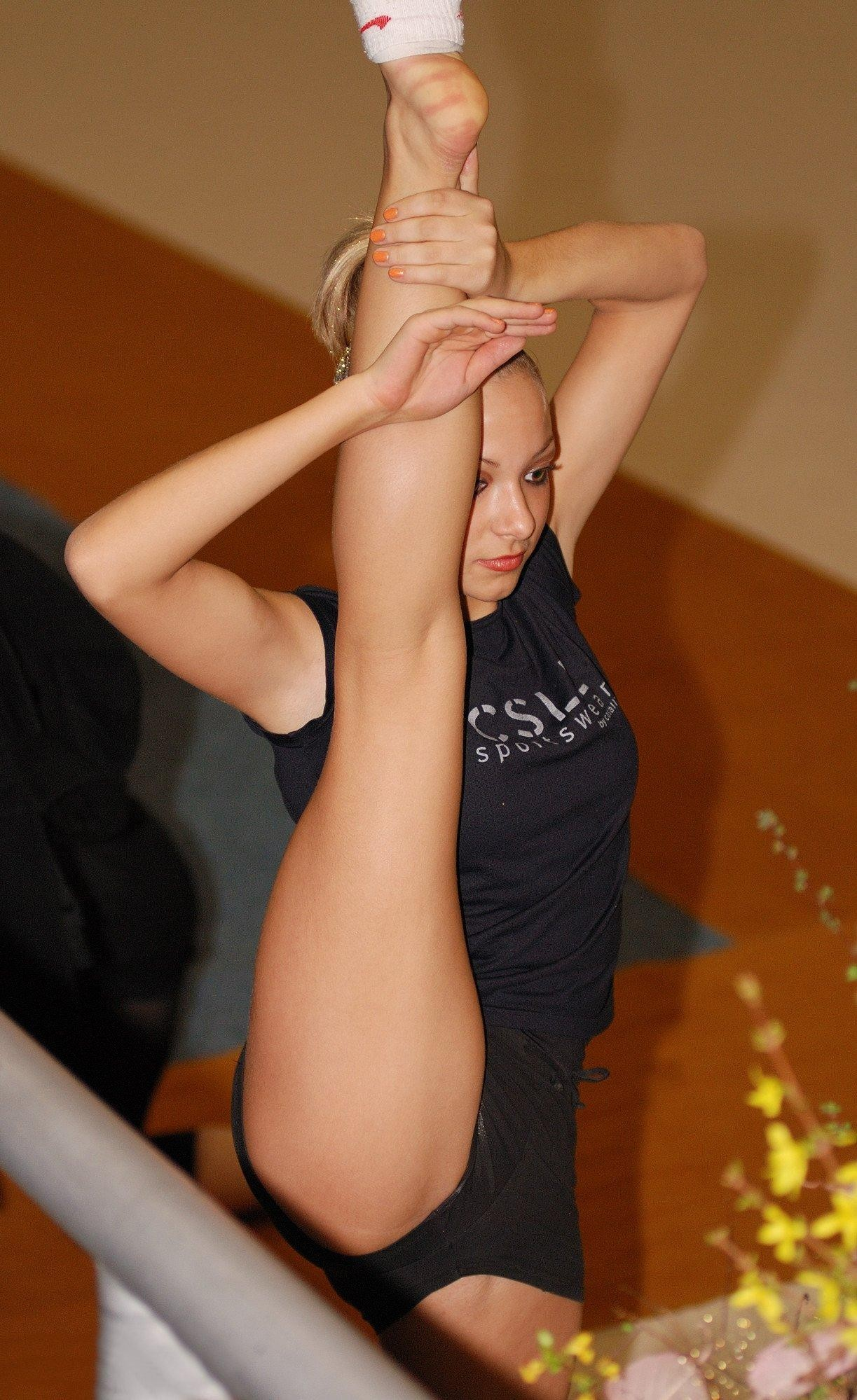 【軟体エロ画像】奥まで届きそうw自分が出来ないから憧れる関節柔らか女子の大開脚(*´Д`)