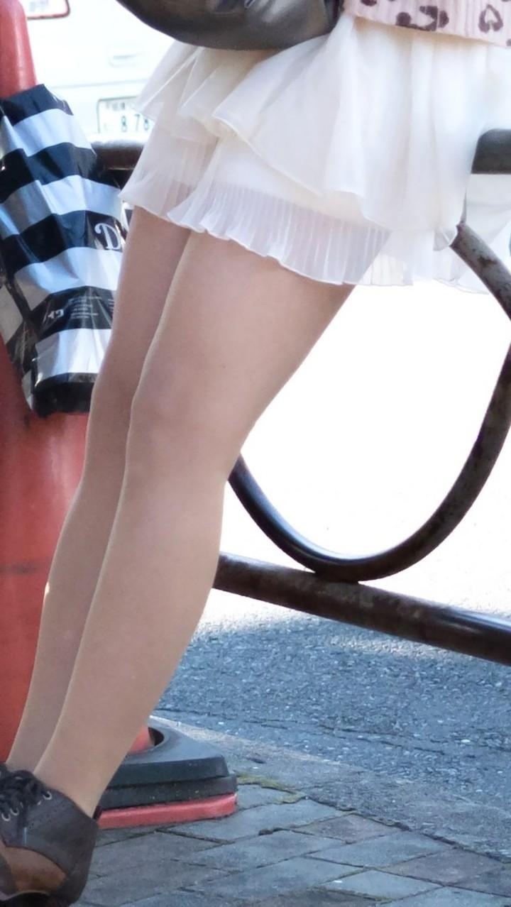 【美脚エロ画像】絶妙なチラリズムも大事な要素wムッチリ太ももがたまらない街の美脚(;´Д`)