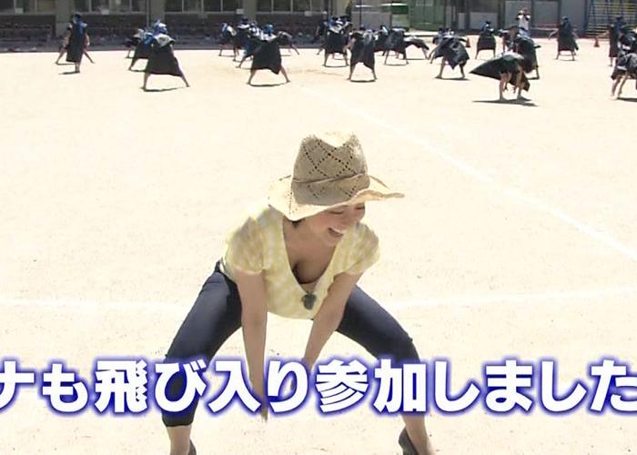 【TVエロ画像】女子アナもアイドル並みに谷間を主張w上司も許可済みな放送中の胸チラ(;´Д`)