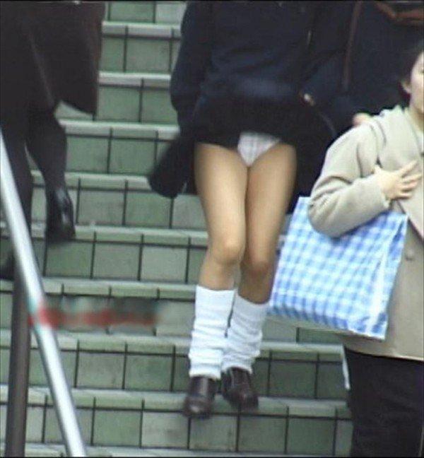 【パンチラエロ画像】偶然は突如やってくる…見逃ししないぜ風パンチラ(*´д`*)