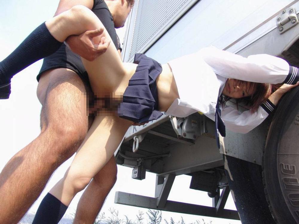 【露出エロ画像】ともに恥かく覚悟でどうぞwお外で性器晒し合って合体する青姦(;´Д`)