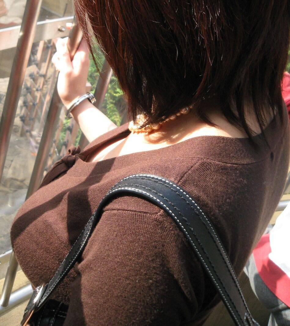 【巨乳エロ画像】皆が厚着とは限らないw冬でも望みある着衣おっぱい撮り(*´Д`)