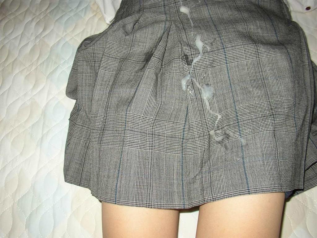 【ぶっかけエロ画像】自前の服はやめて!怒られるの覚悟で着ているものにザー汁浴びせ(゜ロ゜ノ)ノ