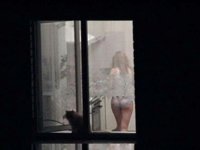 【覗きエロ画像】パパラッチ根性が暴いた窓の向こう!民家の住人の恥部撮り(*´Д`)