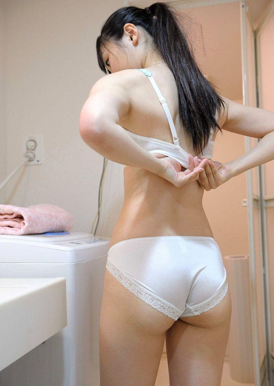 【下着エロ画像】大きいほどに期待感も強烈!ブラを外そうとする美女の脱衣姿(*´Д`)