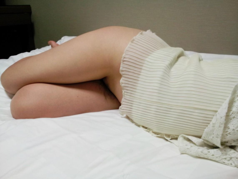 【夜這いエロ画像】脱がされても気づかないw深い眠りについた女を深夜にイタズラ(;´Д`)