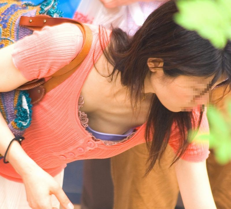 【ママチラエロ画像】大きくて谷間もあって…人妻じゃなけりゃ勝手に落ちてた胸チラママ(*´д`*)