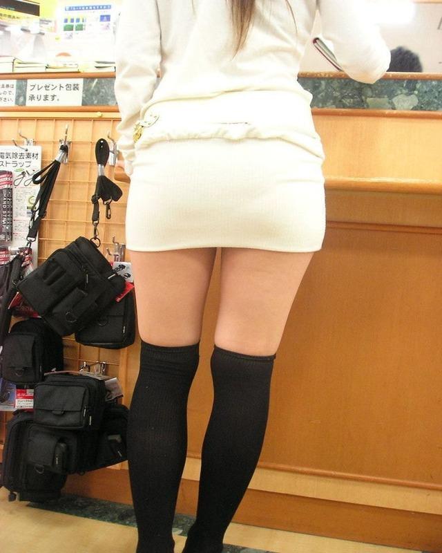 【美脚エロ画像】むしゃぶりついてみたい!ニーソがイイ仕事する絶対領域とムッチリ美脚(*´Д`)